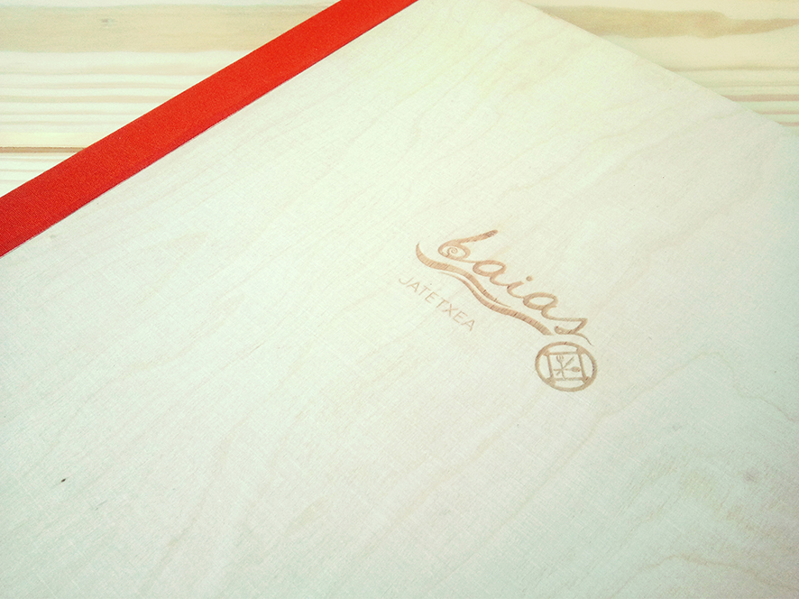 restaurante Baias jatetxea, identidda, logotipo, restaurante, diseñi gráfico álava, Kuartango, beatriz sancho etxeberria, grabado laser madera corcho